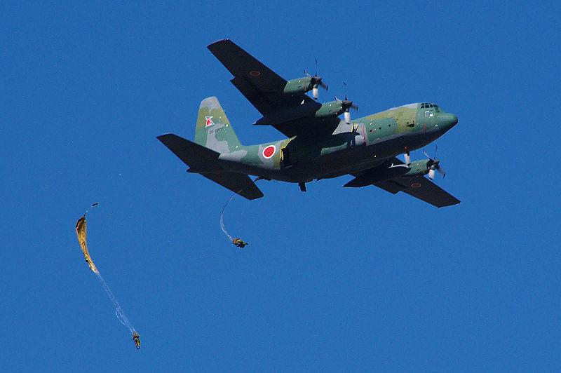 800px-JGSDF_1st_Airborne_Brigade_C-130&Paratroopers_dropping_20090111(Narashino)